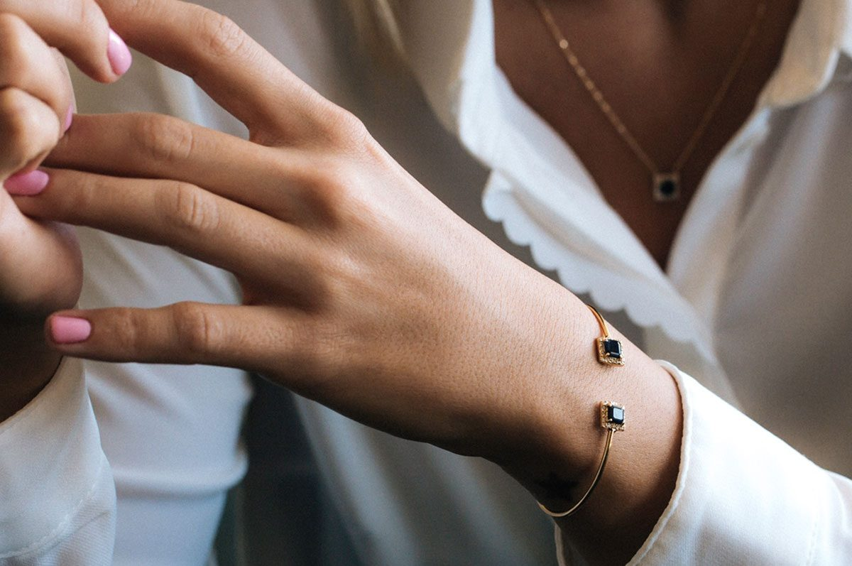 راهنمای انتخاب و خرید دستبند زنانه بر مبنای رنگ پوست